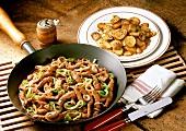 Geschnetzeltes mit Paprika in Pfanne & Bratkartoffel