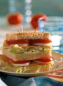 Gegrilltes Big-Sandwich mit Putenschinken, Tomate & Ei