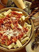 Rigatoni all'amatriciana (Nudeln mit Speck-Tomaten-Sauce)