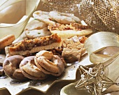 Crispy Christmas biscuits, decoration: golden ribbon
