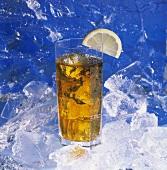 Glas Eistee mit Eiswürfeln und Zitronenschnitz auf Eis