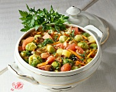 Rosenkohl-Gemüse-Eintopf mit Kassler in Suppenterrine