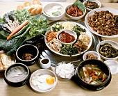 Grosses Arrangement verschiedener koreanischer Gerichte