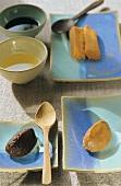 Dunkle und helle Miso-Paste sowie Reisessig und Sojasauce