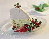 Ein Stück Eisbombe mit Weihnachtsdeko auf Dessertteller