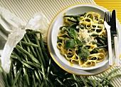 Pasta e fagioli verdi al pesto(Bandnudeln mit Bohnen & Pesto)
