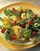 Kartoffelsalat mit Tomaten, Rauke & Pinienkernen