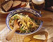Käsesalat mit Lauchzwiebeln, Radieschen & Dill