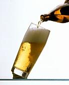 Bier (Helles) wird in Bierglas gegossen
