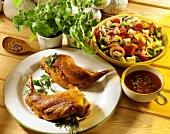 Kaninchenkeulen, dazu gemischter Salat & Pfefferrahmsauce