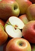 Ganze Äpfel und eine Apfelhälfte (Fläche)