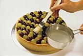 Traubenkuchen mit Tortenguss überziehen