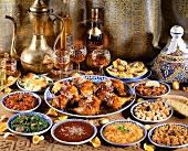 Marokkanisches Menü mit Hähnchen, Salaten und Saucen