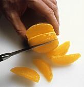 Eine Orange filetieren
