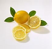 Ganze Zitrone, Zitronenhälfte und Zitronenscheiben