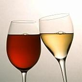 Ein Glas Rot-und Weisswein beim Anstossen
