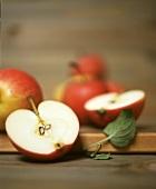 Mehrere Äpfel, einer halbiert