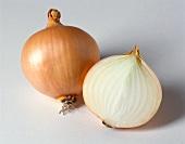 Ganze und halbe braune Speisezwiebel (Gemüsezwiebel)