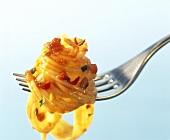 Spaghetti mit Sauce Arrabiata auf einer Gabel