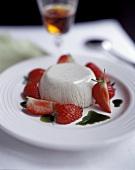 Panna cotta con le fragole (Cream dessert)