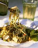 Spaghetti al pesto genovese (Spaghetti with basil pesto)