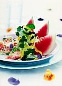 Gemischter Salat mit Garnelen und Wassermelone
