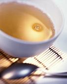 Eine Schale Tee auf Bambusmatte