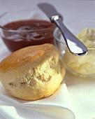 Scone mit Butter und Marmelade