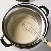 Vanillesauce im warmen Wasserbad aufschlagen