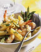 Penne mare orto (Penne with shrimps and green asparagus)