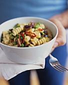 Nudelsalat mit Erbsen, Kumara (Süsskartoffeln) & Chilliringen
