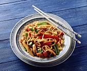 Asiatische Gemüse-Puten-Pfanne mit Nudeln und Erdnüssen