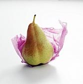Eine Birne auf Seidenpapier