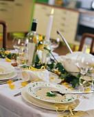 Festlich gedeckter Tisch mit Champignon-Creme-Suppe und Wein