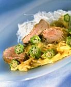 Entenbrust-Sprossen-Curry mit Okraschoten und Reisnudeln