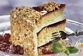 Ein Stück Johannisbeer-Mandel-Torte