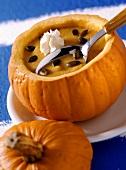 Kürbis-Honig-Suppe in ausgehöhltem Kürbis