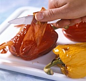 Von gebackenen Paprikaschoten die Haut abziehen