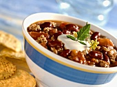 Quick chili con carne with sour cream