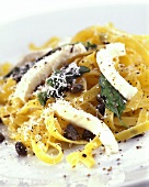 Tagliatelle all' amalfitana (Nudeln mit Mozzarella & Kapern)