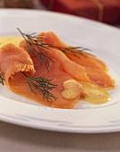 Geräucherter Lachs mit Eier-Senfschaum-Sauce