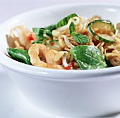 Fried noodles with chicken breast fillet & spinach leaves