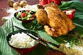 Thai-Hähnchen mit pikanter Kruste, dazu Reis und Gemüse