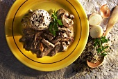Rindergeschnetzeltes in Senfrahmsauce mit Reistimbale