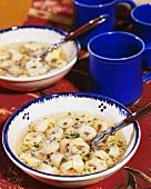Klare Brühe mit Tortellini und Parmesan