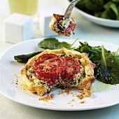 Puff pastry tartlet with spinach and tomato filling