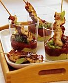 Hähnchenspiesse mit Tomatensalsa und Avocadodip