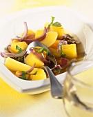 Kartoffeleintopf mit Zwiebeln und Basilikum