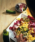 Radicchiosalat mit Zucchini-Käse-Vinaigrette anrichten