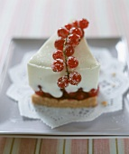 Redcurrant yoghurt gateau with zwieback (rusk) base